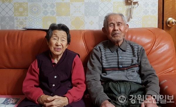 ▲ 부부 간의 사랑,가족의 화목을 가장 큰 장수의 비결로 꼽는 김종철 옹.좌측은 아내 김용예 할머니.