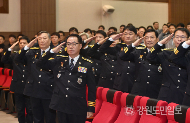 ▲ 강원경찰청(청장 김재규)은 2일 1층 대강당에서 소속 경찰관 등 300여명이 참석한 가운데 2020년 시무식을 개최했다.