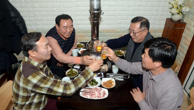 ▲ 육민관고 59년생 동창 4명이  한 식당에서 만나 옛 추억을 회상하며 송년회를 하고 있다.  방병호