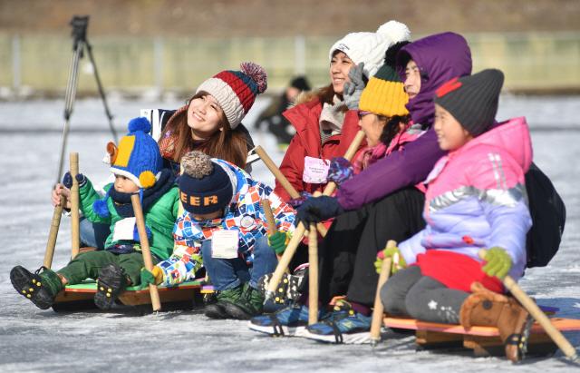 ▲ 화천산천어축제 개막(11일)을 앞둔 5일 외국인 대상 사전 프로그램에 참가한 외국인 관광객들이 축제장에서 기념사진을 찍으며 추억을 만들고 있다.