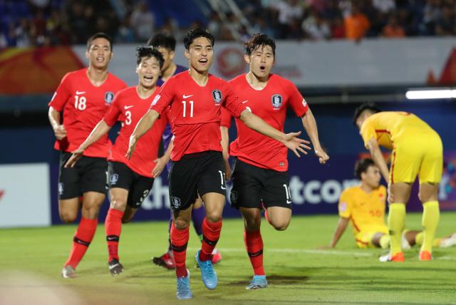 ▲ 9일 오후(현지시간) 태국 송클라 틴술라논 스타디움에서 열린 2020 아시아축구연맹(AFC) U-23 챔피언십 한국과 중국의 조별리그 1차전에서 이동준(맨 앞)이 후반 추가시간에 극적인 결승골을 넣은 뒤 환호하고 있다. 2020.1.10