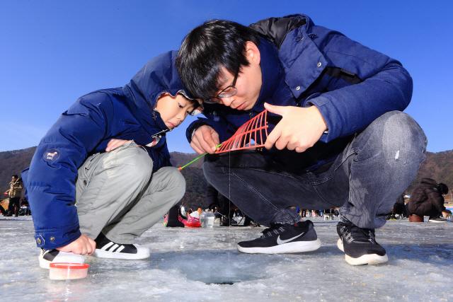 인제빙어축제장에서 빙어낚시를 하는 가족.
