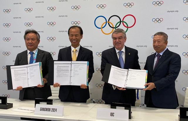 ▲ 10일 오후(현지시간) 스위스 로잔에서 열린 제135차 국제올림픽위원회(IOC)총회에서 2024강원동계청소년올림픽 유치가 확정됐다.최문순 도지사,이기흥 대한체육회장이 IOC로부터 유치확정서를 받고 기념촬영을 하고 있다.(제공=강원도)