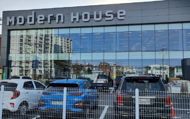 ▲ 가구와 주방 토탈 쇼핑점인 모던하우스가 오는 17일 포남동 현지에서 문을 열고 고객들을 맞이한다.