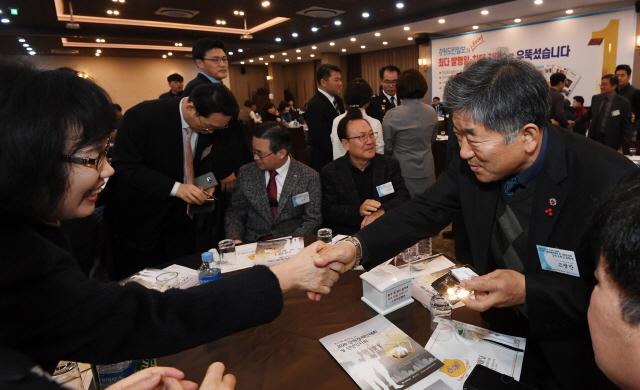▲ 14일 춘천스카이컨벤션웨딩에서 열린 2020 강원경제인대회 및 신년인사회에서 내빈들이 인사를 나누고 있다.