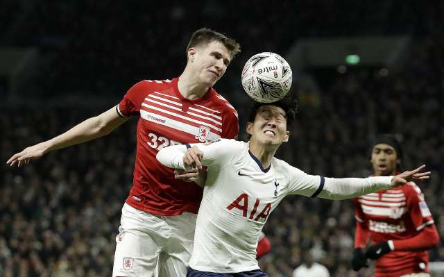 ▲ Middlesbrough's Paddy McNair, left, and Tottenham's Son Heung-min challenge for the ball during the English FA Cup third round replay soccer match between Tottenham Hotspur and Middlesbrough FC at the Tottenham Hotspur Stadium in London, Tuesday, Jan. 14, 2020.(AP Photo/Matt Dunham)