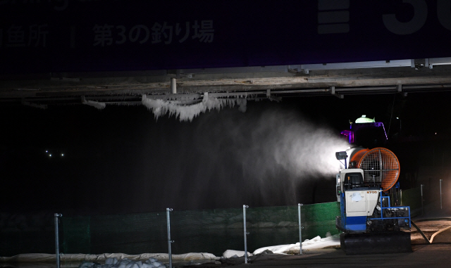 ▲ 화천군이 동원한 제설기가 지난 14일 밤 축제장에서 수온을 낮추기 위해 가동되고 있다.