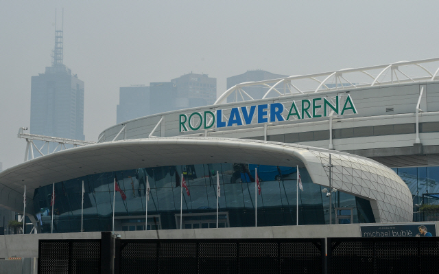 ▲ TOPSHOT - Smoke haze from unprecendented bushfires hover over the Rod Laver Arena ahead of the Australian Open in Melbourne on January 14, 2020. - Soaring pollution halted Australian Open practice and delayed qualifying on January 14 as smoke from raging bushfires hit the build-up to the season's opening Grand Slam. (Photo by William WEST / AFP)