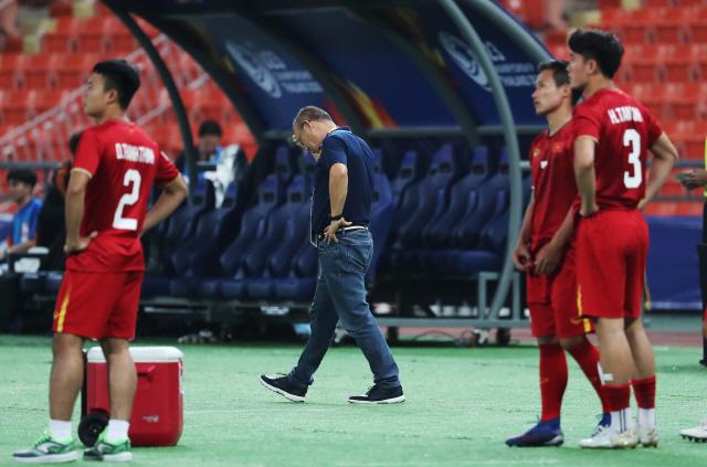 ▲ 16일 오후(현지시간) 태국 방콕 라자망갈라 스타디움에서 열린 2020 아시아축구연맹(AFC) U-23 챔피언십 베트남과 북한의 조별리그 최종전에서 패배한 박항서 베트남 감독이 자리를 떠나고 있다. 2020.1.16
