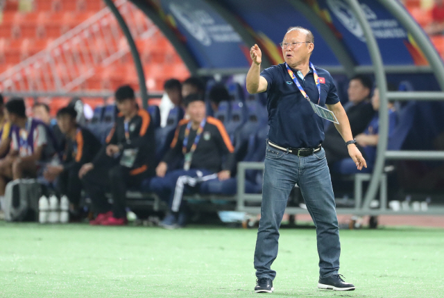 ▲ 16일 오후(현지시간) 태국 방콕 라자망갈라 스타디움에서 열린 2020 아시아축구연맹(AFC) U-23 챔피언십 베트남과 북한의 조별리그 최종전에서 박항서 베트남 감독이 선수들을 독려하고 있다. 2020.1.16