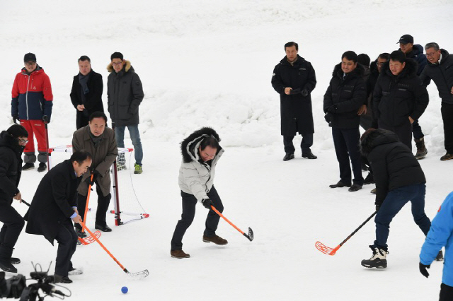 ▲ 평창 대관령눈꽃축제 개막일인 17일 축제장의 눈광장에서 참가자들이 설상 아이스하키를 즐기고 있다.