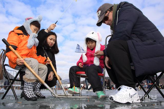 ▲ 18일과 19일 인제 빙어축제가 열리고 있는 남면 부평리 빙어호 일원에 많은 방문객들이 찾아 빙어낚시 등을 즐겼다.