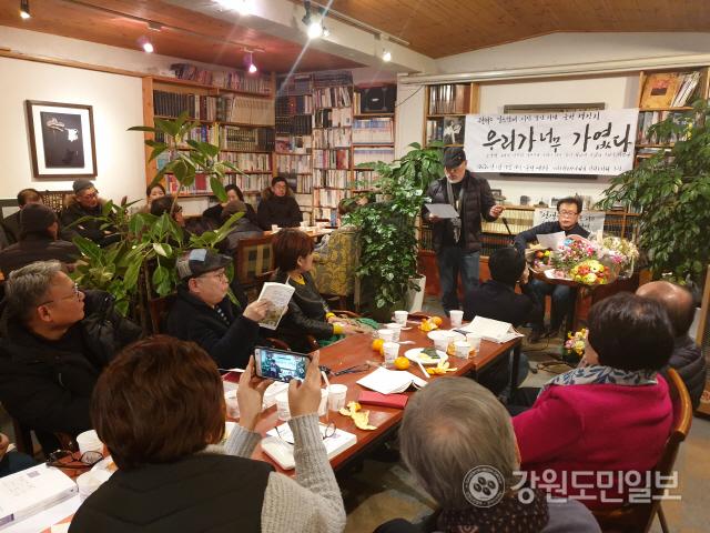▲ 권혁소 시인의 7번째 시집 '우리가 너무 가엾다'의 출판을 기념한 춘천 책 잔치가 최근 춘천의 카페에서 지역 문인들이 참석한 가운데 열렸다.