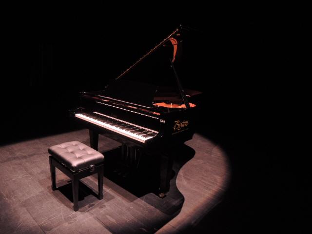 ▲ 몸짓극장에 설치된 '스타인웨이-보스턴' 피아노.