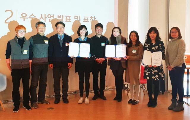▲ 김경희(사진 왼쪽에서 네번째)재단 문화사업팀장이 한국국제문화교류진흥원장 표창장을 수상했다.