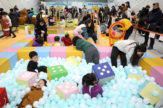 ▲ 인제빙어축제기간동안 무료로 운영되는 어린이실내놀이터가 최고의 인기를 끌고 있다.