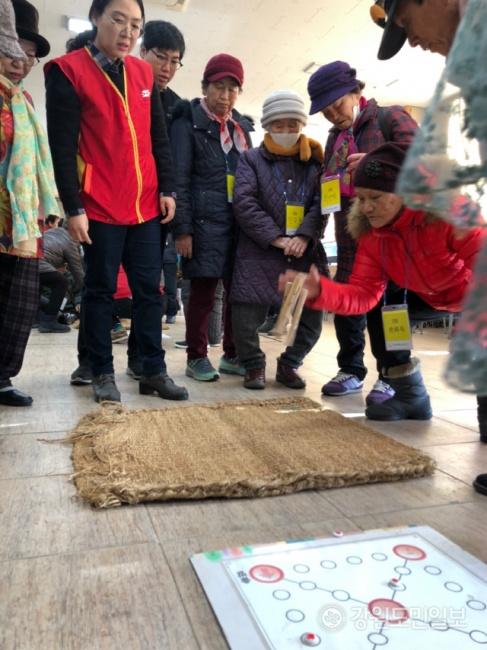 ▲ 밥상공동체종합사회복지관(관장 허기복)은 21일 복지관에서 노인 및 노숙인 등을 위한 설맞이 전통놀이 행사를 가졌다.