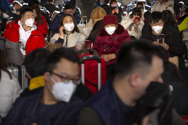 ▲ 중국에서 신종 코로나바이러스에 감염된 이른바 '우한 폐렴' 환자가 급속히 늘어나는 가운데 21일 베이징 서역 대기실에서 마스크를 쓴 여행객들이 열차 출발을 기다리고 있다.