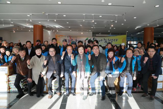 ▲ 양양연탄은행(대표 김정애)과 양양자원봉사대(회장 이덕주)는 22일 어려운 이웃 100가구에 성품을 전달했다.