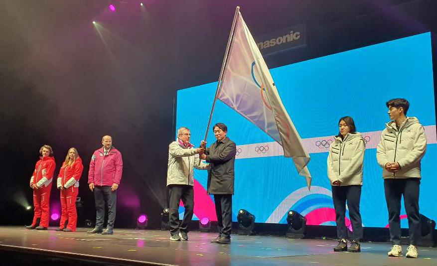 ▲ 22일(현지시간)스위스 로잔에서 열린 제3회 동계청소년올림픽 폐회식에서 토마스 바흐 국제올림픽위원장(IOC)이 제4회 동계청소년올림픽 대회기를 김성호 도행정부지사에게 전달하고 있다.
