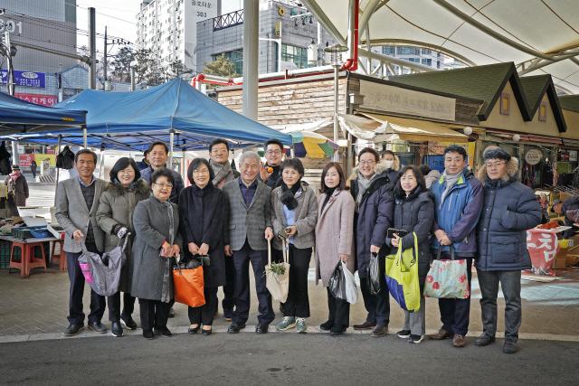 ▲ 시의회(의장 이원규)는 23일 풍물시장에서 설맞이 전통시장 장보기 행사를 가졌다.