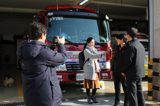 ▲ 우즈베키스탄 인터넷언론 KUN.UZ 기자들이 최근 횡성소방서를 방문,화재·구조·구급활동을 취재하고 있다.