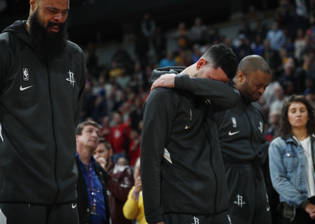▲ From left to right, Houston Rockets center Tyson Chandler, guard Austin Rivers and forward P.J. Tucker react during a tribute to Kobe Bryant before an NBA basketball game against the Denver Nuggets, Sunday, Jan. 26, 2020, in Denver. Bryant died in a California helicopter crash Sunday. (AP Photo/David Zalubowski) <All rights reserved by Yonhap News Agency>