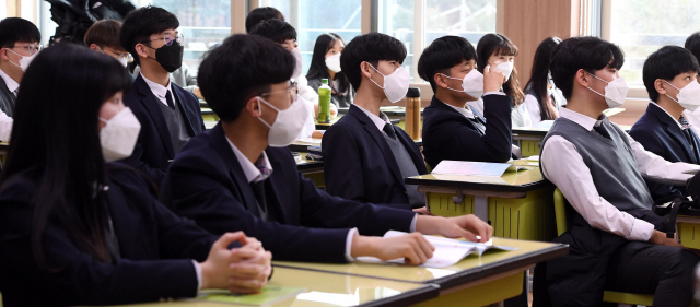 ▲ 방학에 들어갔던 학교들이 속속 개학하면서 신종 코로나 바이러스 감염에 대한 학부모들의 우려가 커지고 있다. 29일 개학한 춘천의 한 고등학교 교실에서 학생들이 학교에서 나눠준 마스크를 착용하고 선생님으로부터 주의사항을 듣고 있다.   최유진
