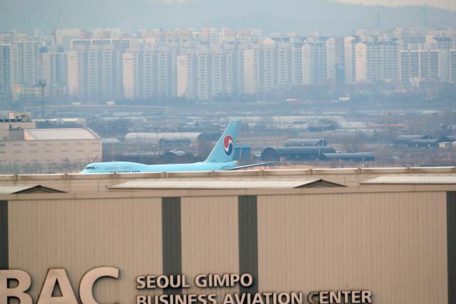 ▲ 중국 우한에서 교민을 태운 전세기 KE 9883편 보잉 747 여객기가 31일 김포공항에 착륙해 이동하고 있다. 2020.1.31