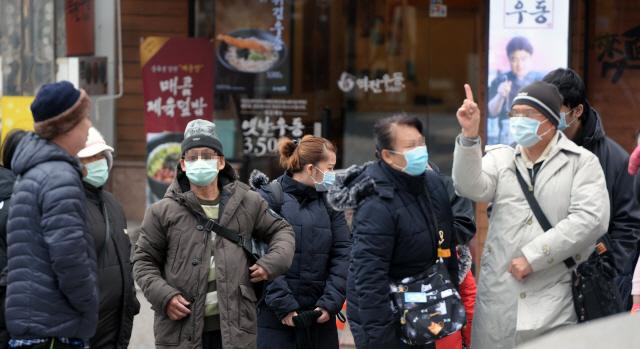 ▲ 신종 코로나바이러스 감염증인 '우한 폐렴' 의심환자가 속출하고 있는 가운데 최근 춘천 명동에서 외국인 관광객들이 마스크를 쓰고 관광을 하고 있다.  방병호