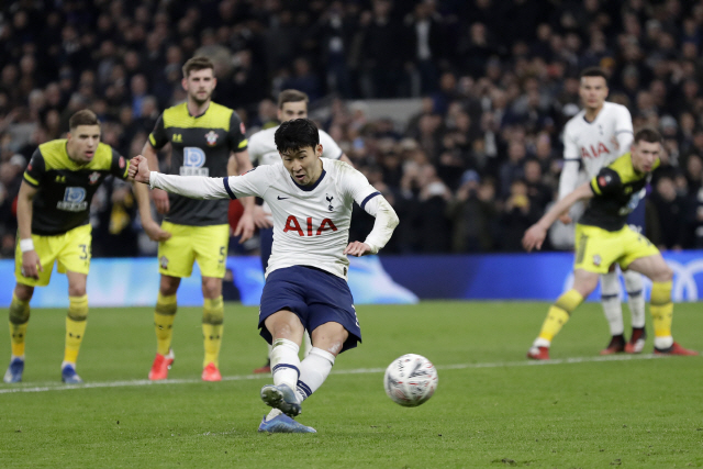▲ Tottenham's Son Heung-min scores his side's third goal from the penalty spot during the English FA Cup fourth round replay soccer match between Tottenham Hotspur and Southampton at the Tottenham Hotspur Stadium in London, Wednesday, Feb. 5, 2020. (AP Photo/Kirsty Wigglesworth)