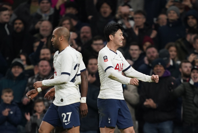 ▲ epa08196172 Tottenham Hotspur's Heun Min Son (R) celebrates after scoring during the English FA Cup fourth round replay soccer match between Tottenham and Southampton at the Tottenham Hotspur Stadium, London, 05 February 2020.  EPA/WILL OLIVER EDITORIAL USE ONLY. No use with unauthorized audio, video, data, fixture lists, club/league logos or 'live' services. Online in-match use limited to 120 images, no video emulation. No use in betting, games or single club/league/player publication