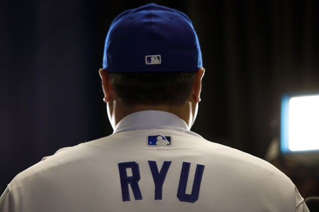 ▲ Toronto Blue Jays newly signed pitcher Hyun-Jin Ryu speaks to media while wearing his Blue Jays uniform for the first time at a newss conference announcing his signing to the team in Toronto, Friday, Dec. 27, 2019. (Cole Burston/The Canadian Press via AP)