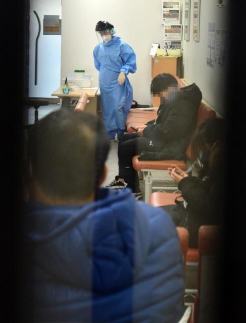 ▲ 신종 코로나바이러스가  선별진료소에서도 검사까지 가능해지면서 11일 강원대 병원 선별진료소에 검사를 받기 위해 찾아온 환자들이 대기하고 있다.  서영