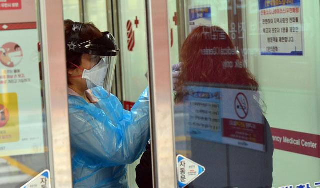 ▲ 신종 코로나바이러스 감염증이 확산되고 있는 가운데 27일 강원대 의료진이 응급센터로 들어서는 시민들에게 체온을 재고 있다. 서영