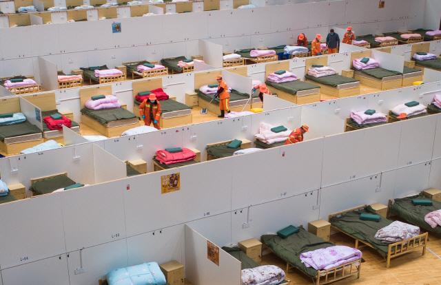 ▲ 중국 우한의 스포츠 센터를 개조한 임시 병원에서 12일 직원들이 내부를 청소하고 있다. 임시 병원은 모두 1천100개의 병상 등 기본적인 설비를 갖추고 '신종 코로나바이러스 감염증'(코로나 19) 경증 환자를 수용할 준비를 마쳤다.