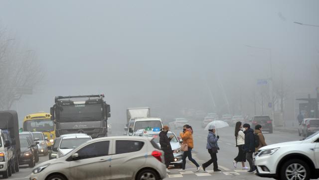 ▲ 13일 춘천전역에 짙은 안개가 끼어 차량들이 거북이 운행을 하고 있다.  서영