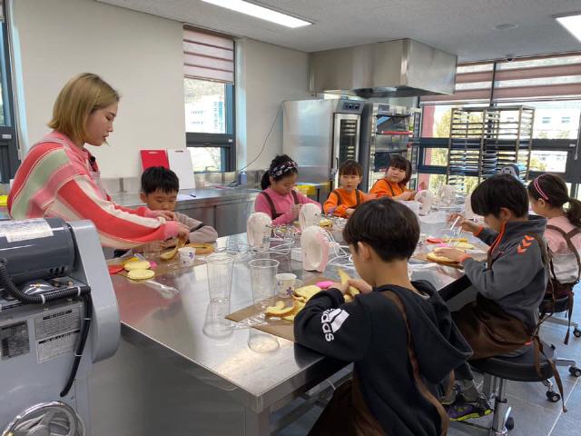 ▲ 정선 청소년들이 지난 15일 아리하랑 청소년수련관 프로그램에 참여하고 있다.