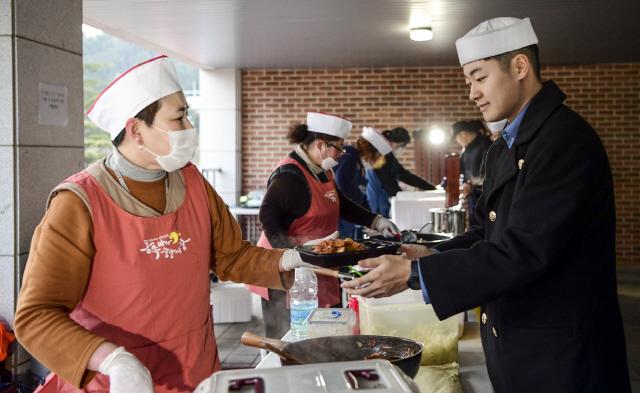 ▲ 지난 15일 해군 1함대사령부에 설치된 동해묵호야시장 푸드코트에서 장병이 음식을 구매하고 있다.이날 행사는 부대급식 혁신사업 일환으로 실시됐다.