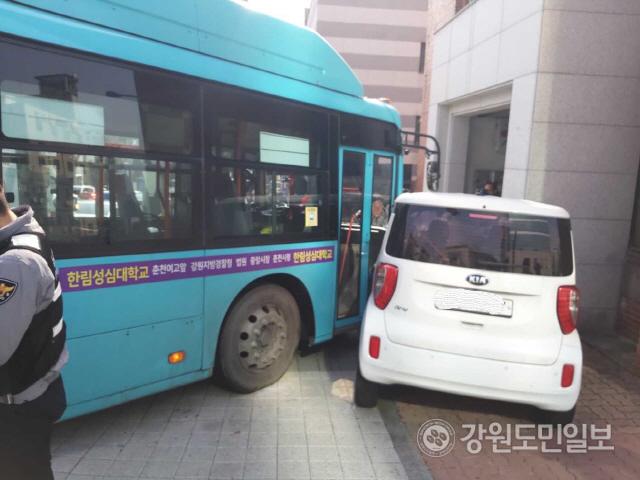 ▲ 17일 오후 2시 4분쯤 춘천시 요선동 강원도청 인근 사거리에서 좌회전 하던 시내버스가 인도에 주차돼 있던 승용차를 들이받아 버스 탑승객 A(65·여)씨가 다쳐 출동한 119에 의해 인근 병원으로 옮겨졌다.