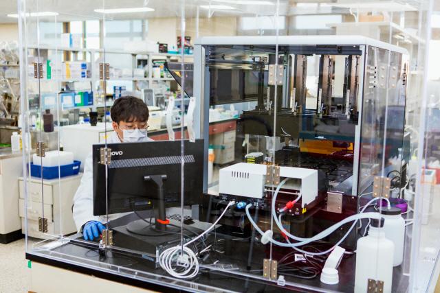 ▲ 스크립스코리아 항체연구원 소속 연구원이 항체연구를 하고 있다.