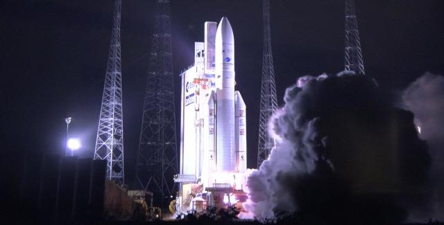 ▲ 국내 기술로 개발한 정지궤도 해양·환경 위성 '천리안 2B호'가 19일 오전 7시 18분(현지시간 18일 오후 7시 18분) 남아메리카 프랑스령 기아나의 기아나 우주센터에서 발사됐다. 사진은 천리안 2B호를 실은 발사체 아리안 5의 모습. 2020.2.19 [천리안 2B호 공동취재단]
