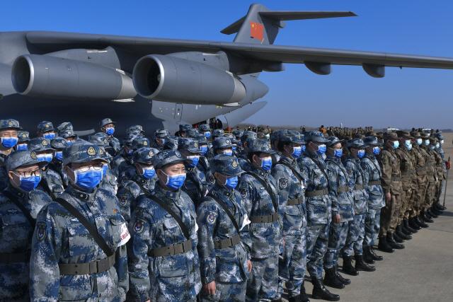 ▲ 중국 인민해방군 의료진이 17일 신종 코로나바이러스(코로나19)와 관련, 후베이성 우한 톈허 국제공항에 도착한 뒤 도열하고 있다.