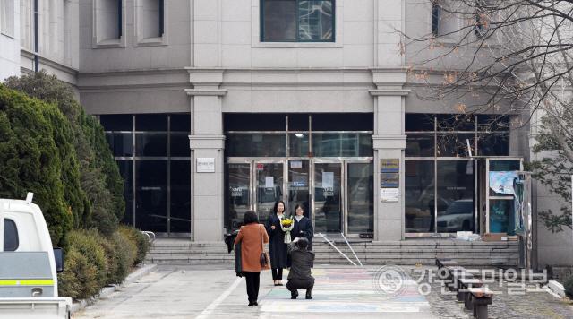 ▲ 21일 강원대 춘천캠퍼스에서 몇몇의 졸업생이 정들었던 학교건물을 배경으로 기념사진을 찍고 있다. 강원대는 코로나19 확산 방지를 위해 이날로 예정됐던 졸업식을 취소했다. 최유진