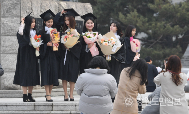 ▲ 21일 강원대 춘천캠퍼스에서 졸업생들이 학사모를 쓰고 기념사진을 찍고 있다. 강원대는 코로나19 확산 방지를 위해 이날로 예정됐던 졸업식을 취소했다. 최유진