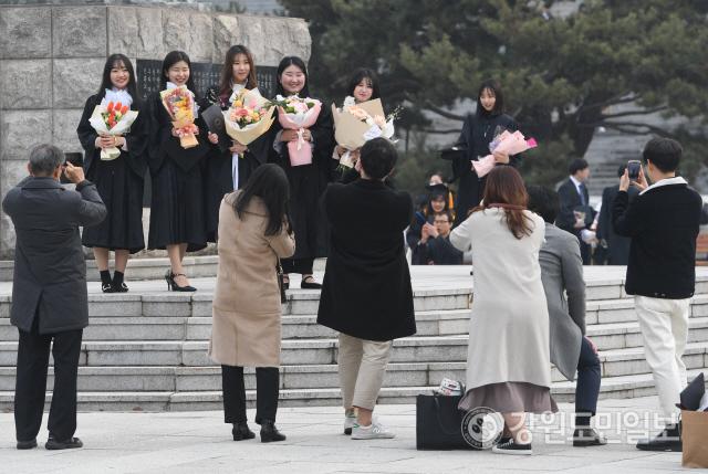 ▲ 21일 강원대 춘천캠퍼스에서 졸업생들이 기념사진을 찍고 있다. 강원대는 코로나19 확산 방지를 위해 이날로 예정됐던 졸업식을 취소했다. 최유진