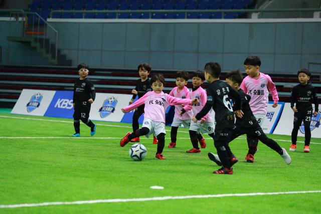 날아라 슛돌이 팀이 경기에서 슈팅을 하고 있다.