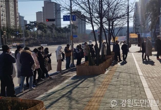 ▲ 23일 오전 원주 무실동 한 생활용품매장 앞에서 개점 전부터 시민들이 마스크를 사기 위해 기다리고 있다.
