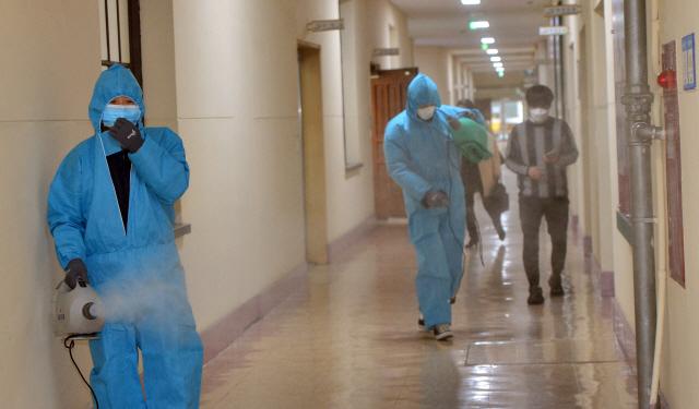 ▲ 24일 도청 공무원들이 코로나19 예방을 위해 도청사에서 방역작업을 하고 있다.  서영