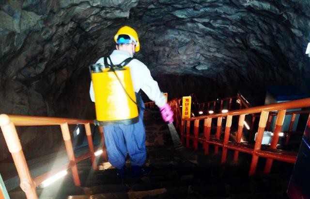 ▲ 동해시가 코로나19 확산방지를 위해 주요관광지에서 방역활동을 벌이고 있다.